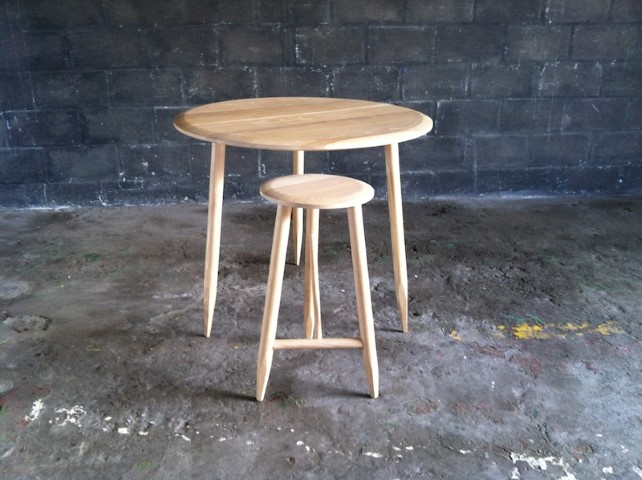 Round Light Wood Table With 3 Pencil Legs Artappelartappel